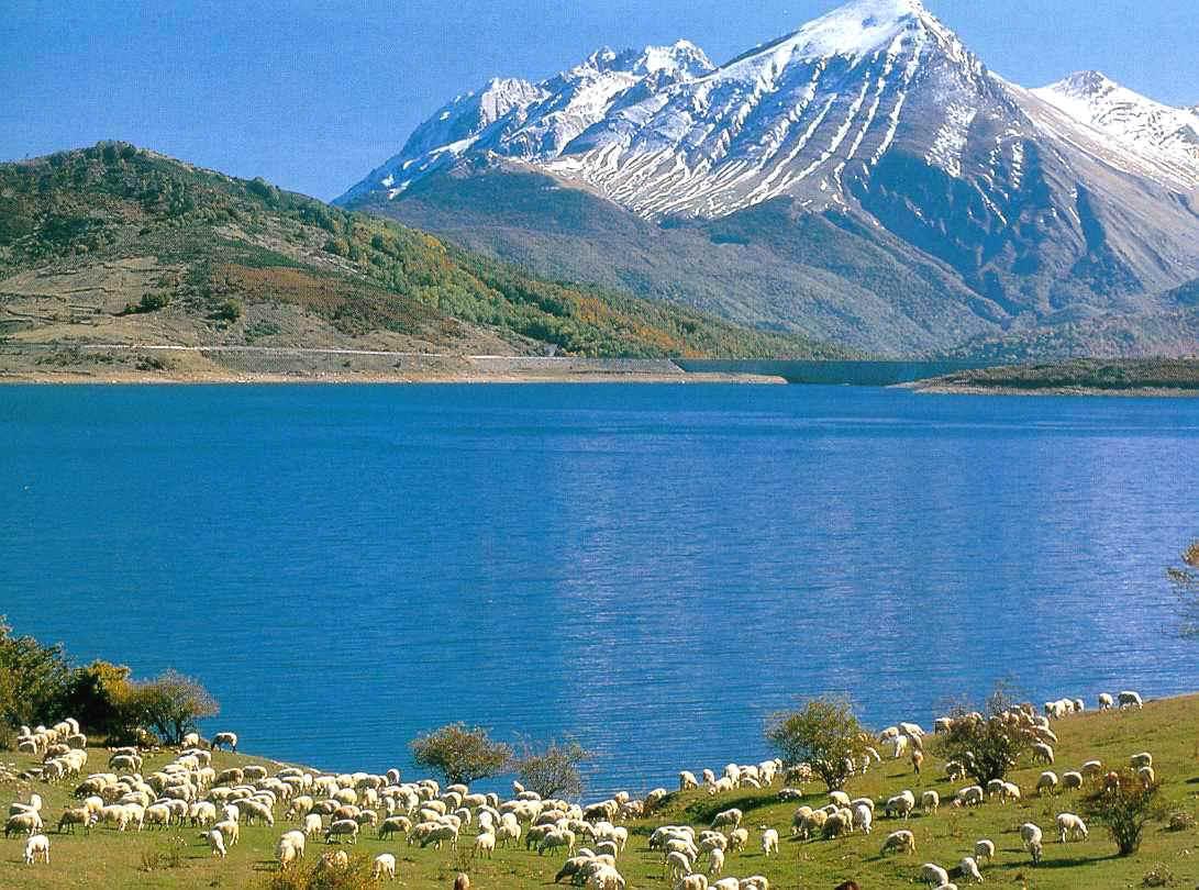 Abruzzo. Conosci il lago di Campotosto tra le mille sfumature di colori?