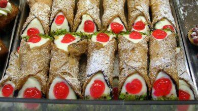Hai già gustato il cannolo siciliano con granella di pistacchi e ciliegia candita_