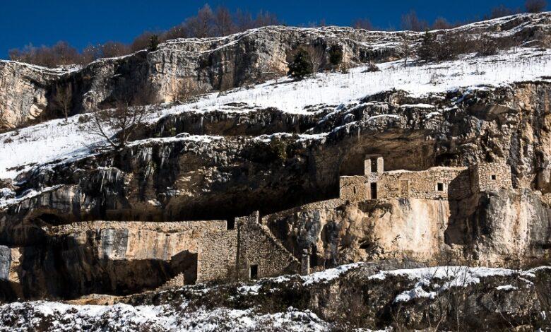 Eremo di San Bartolomeo, un gioiello incastonato nella roccia e nella neve d'Abruzzo