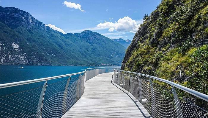 """Garda by Bike. Come fare per percorrere la Pista Ciclabile """"sospesa"""" sul Lago di Garda? / Video"""