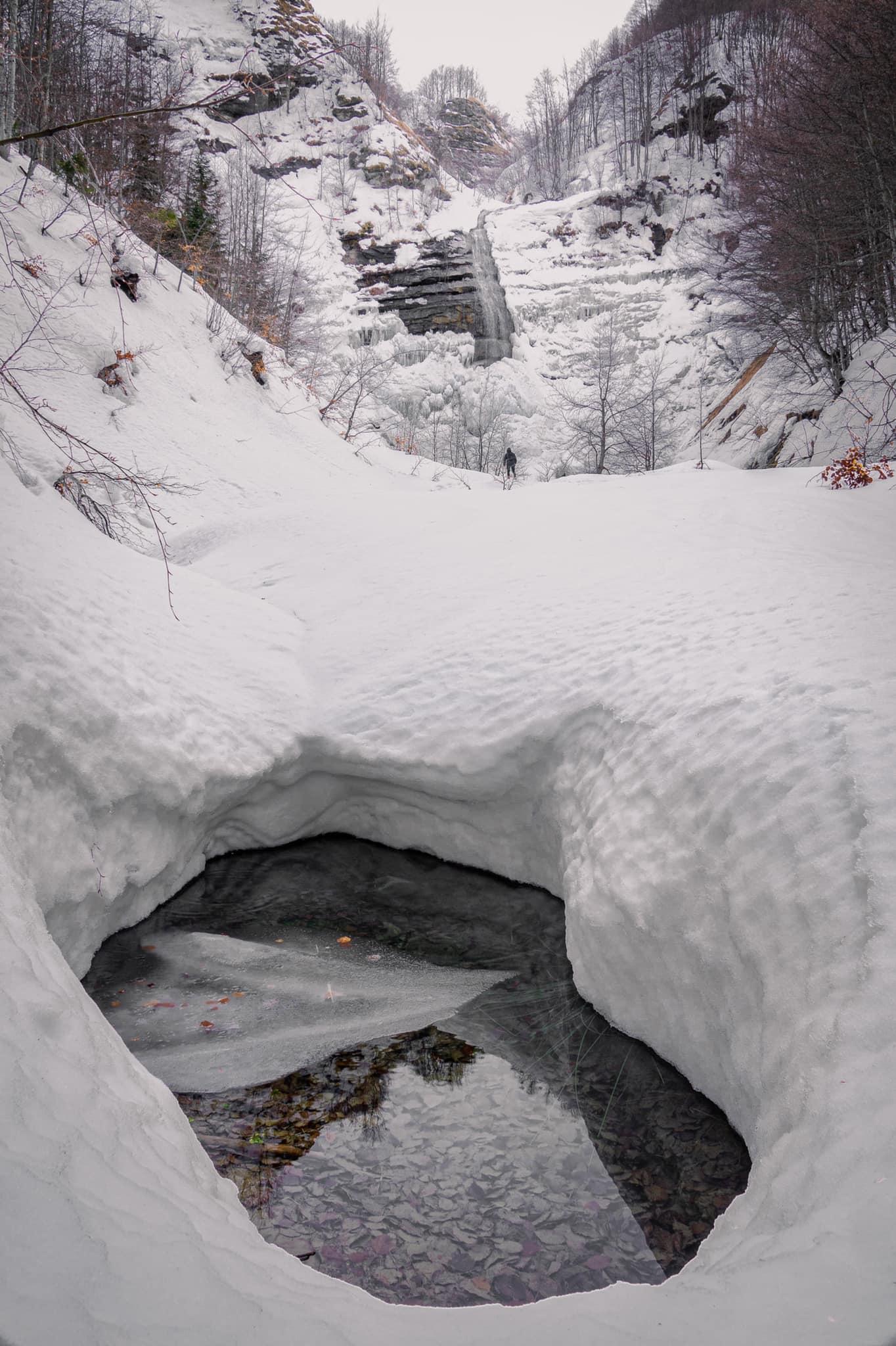 La Cascata della Morricana ghiacchiata sembra uscita da un libro favole