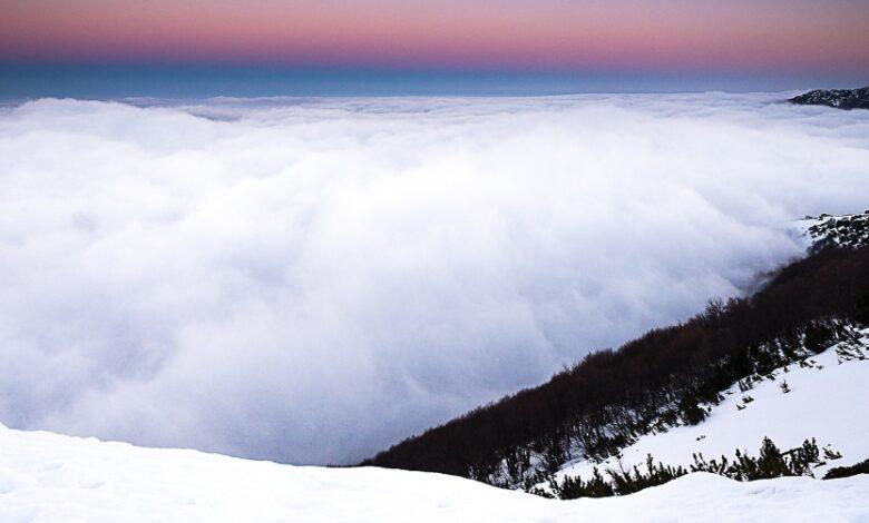 A due passi dal Paradiso. Il tramonto accende i colori del panorama dal Rifugio Pomilio e le soffici