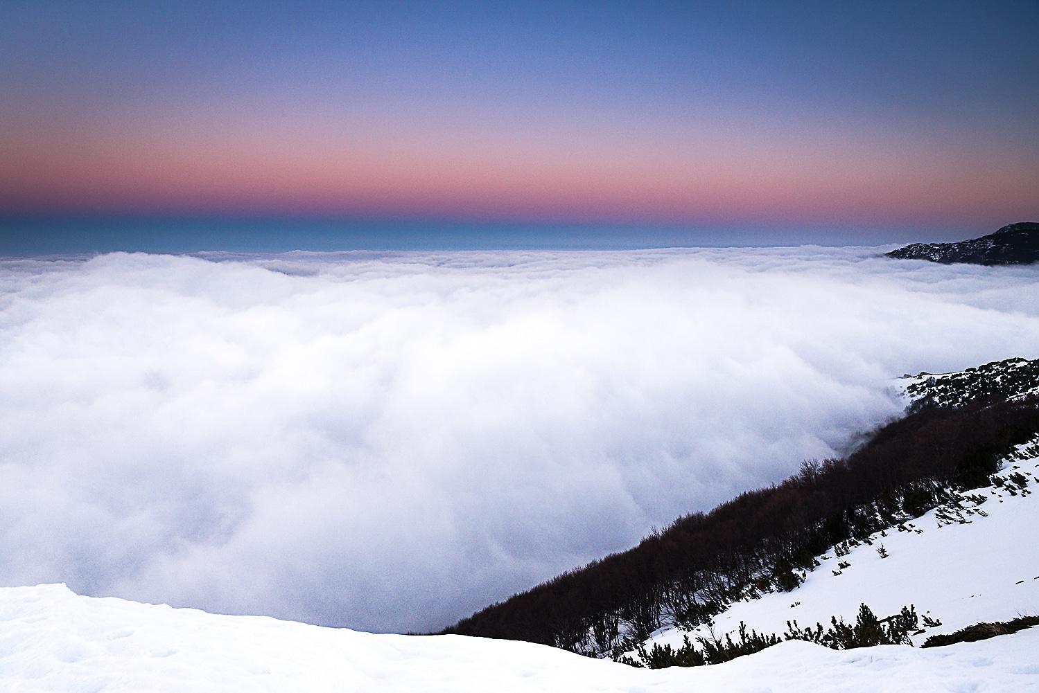 A due passi dal Paradiso. Il tramonto accende i colori del panorama dal Rifugio Pomilio e le soffici nuvole