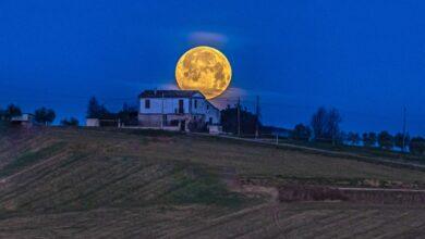 Abruzzo. Luna gigante viaggia sulle colline di Mosciano Sant'Angelo, Teramo