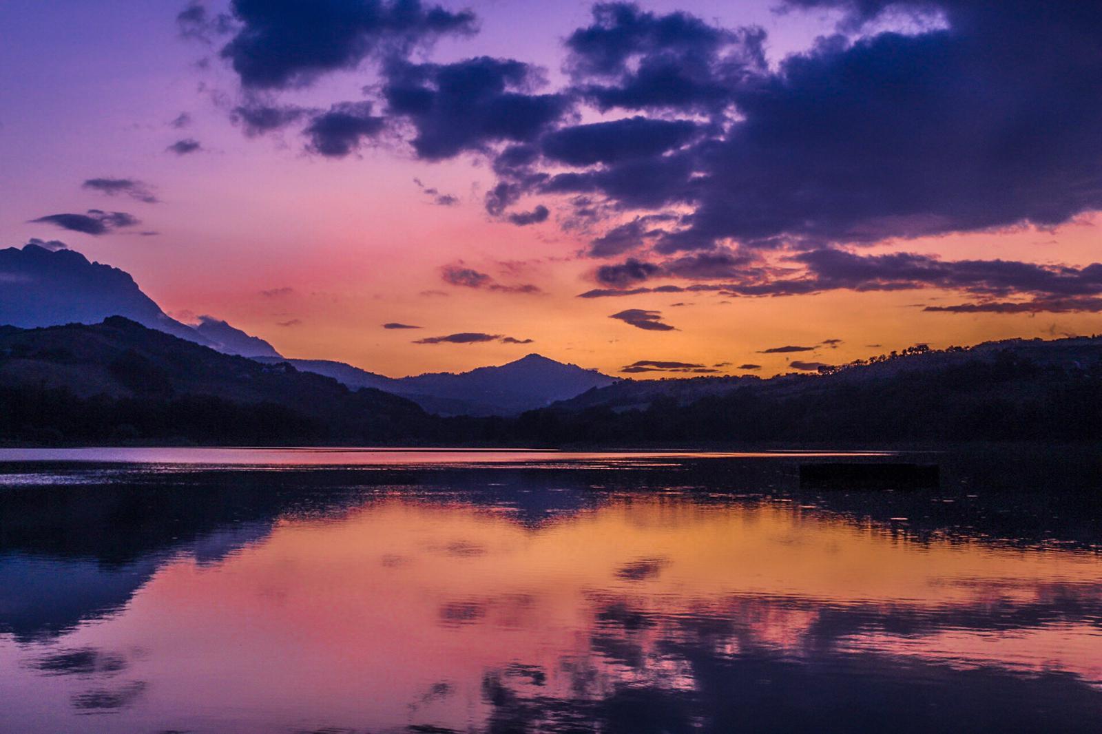 Abruzzo. Un Tramonto rosa sul Lago di Penne dona pace e tranquillità