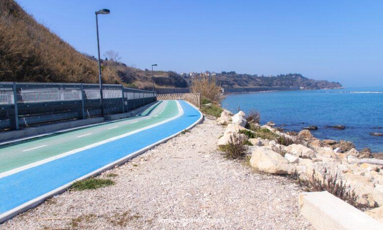 Conosci questo tratto di pista ciclabile che passa vicino un mare da sogno?