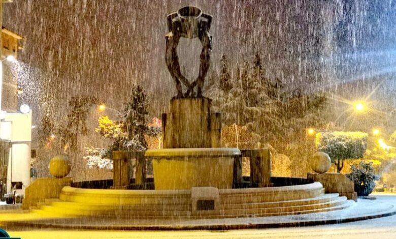 È Marzo ma cade la neve nel Centro storico della città de L'Aquila / Guarda tutte le foto