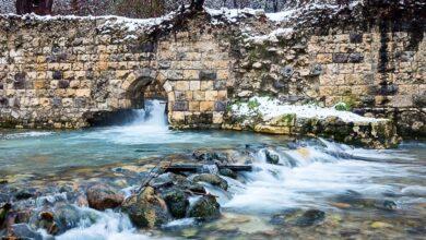 Fiume turchese tra rocce bianche. Uno scorcio da favola del Parco Lavino in Abruzzo