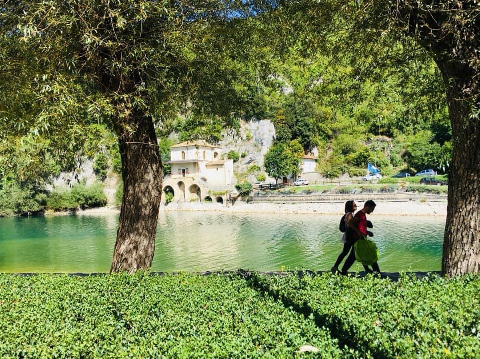 Lago di Scanno. Profumo di primavera sulle rive, acque smeraldo, erba verdissima