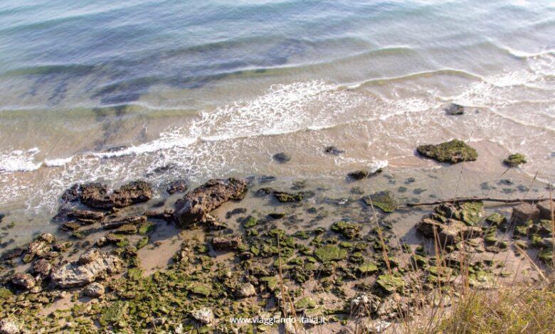 """Sai dove si trova questa """"spiaggia primordiale"""", acqua trasparente e scogliera alta sul mare?"""
