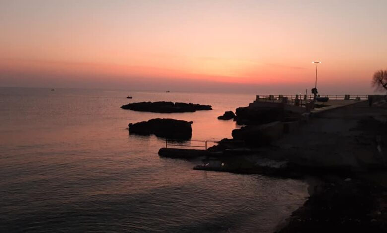 Puglia. Alba rossa rende unico il cielo di Monopoli