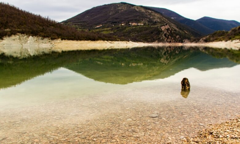 Hai già visitato il Lago di Fiastra, specchio trasparente nel cuore dei Monti Sibillini?