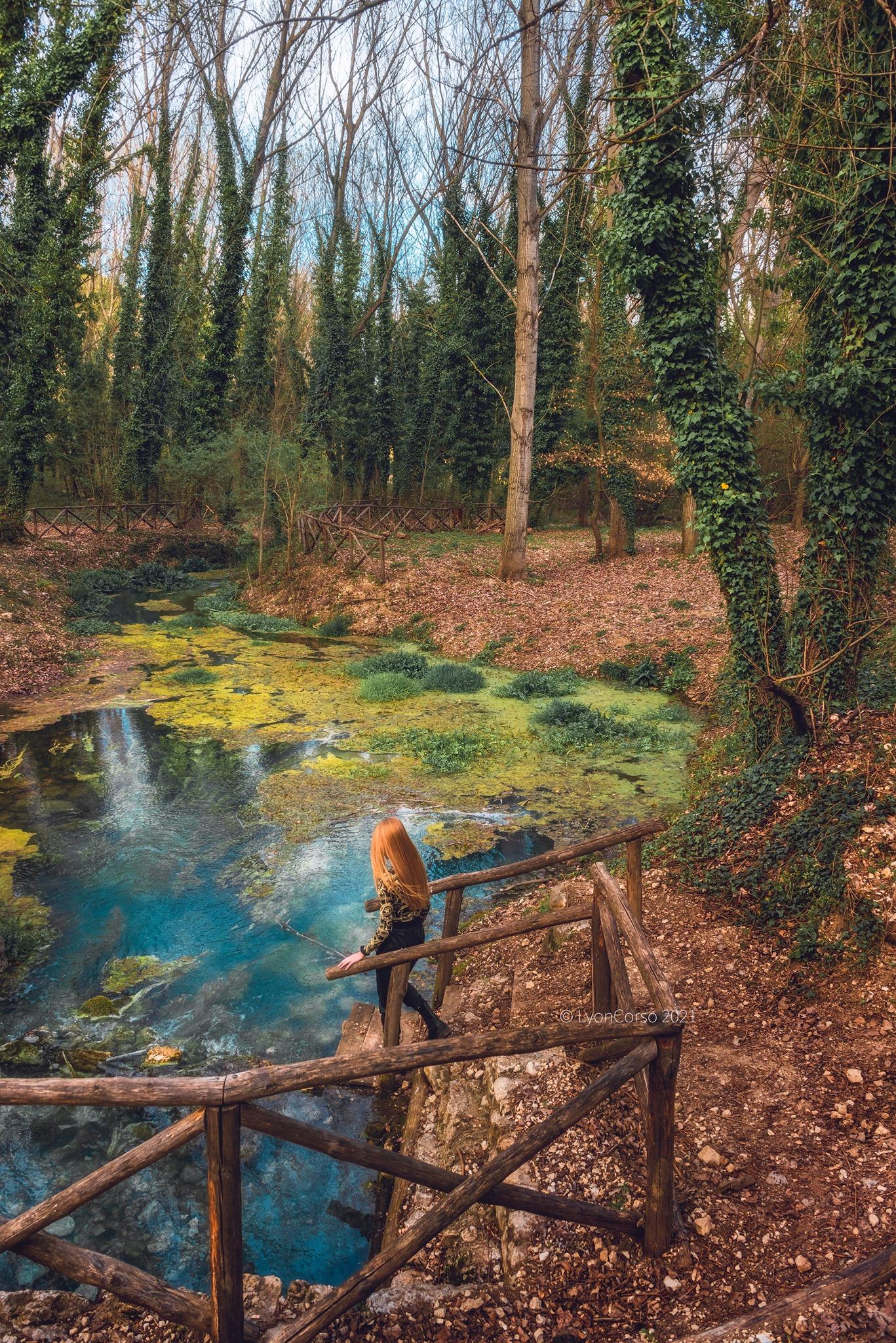 Le acque turchesi delle sorgenti sulfuree a Raiano, come nel Paese delle Meraviglie