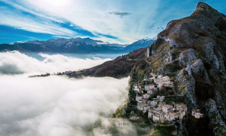 """Abruzzo. Corvara, il Borgo fantasma """"arrampicato"""" che si affaccia su un mare di nuvole"""