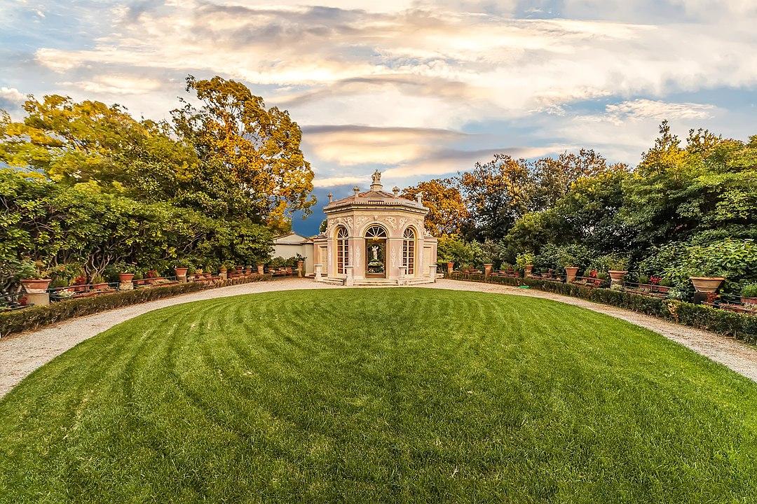 Hai già visitato Villa Durazzo Pallavicini, il giardino storico romantico che ti porta in teatro