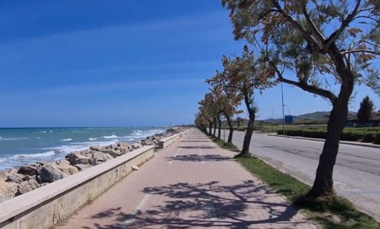 Una pedalata lungo la spiaggia sulla pista ciclabile di Roseto degli Abruzzi / Video
