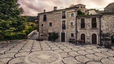 Abruzzo. Benvenuti a Roccacaramanico con la sua splendida e accogliente piazzetta orig