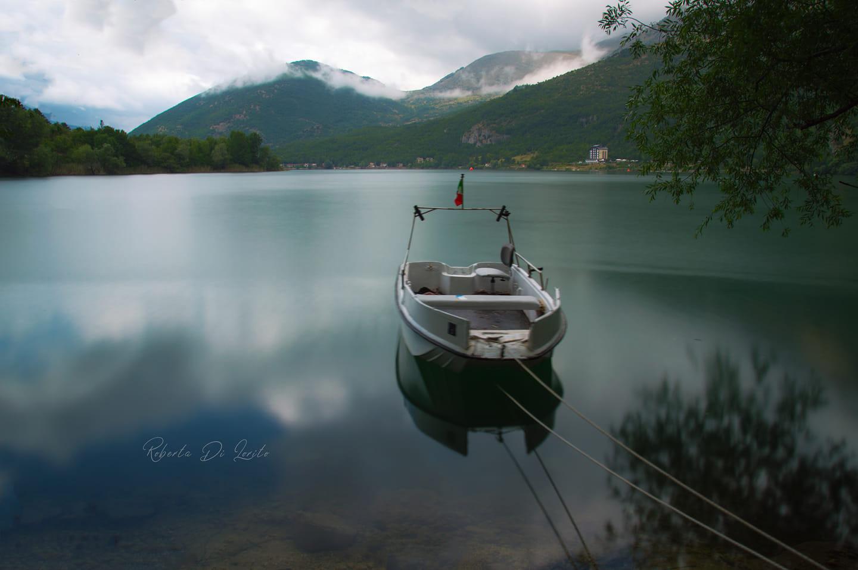 Abruzzo. Lago di Scanno. Arriva la pace dopo la tempesta e la barchetta sonnecchia sull'acqua