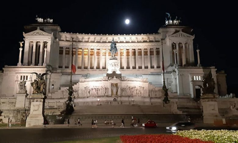 L'Altare-della-Patria-sovrastato-da-una-grande-Luna-Piena-che-viaggia-su-Roma