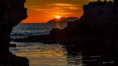 Sai dove è possibile ammirare questo Tramonto Rosso tra gli scogli e il sole che accarezza le Isole?