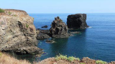 Isola di Ustica. Sul mare blu cobalto, una terra vulcanica accarezzata dal vento / Video