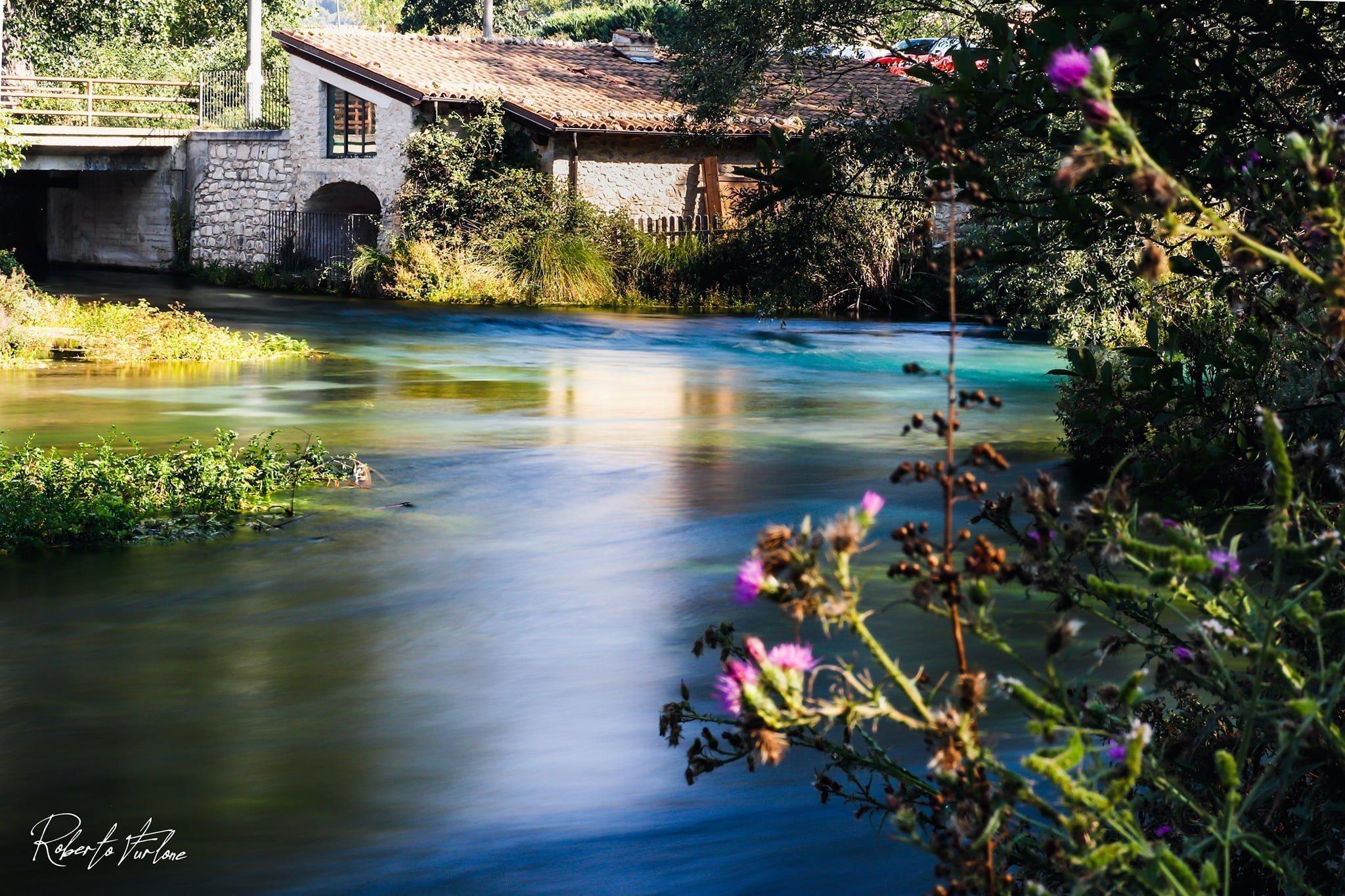 Il fiume Tirino è trai i più belli e limpidi d'Europa dove si respira un'atmosfera incantata