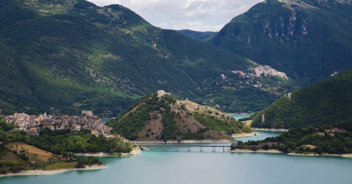 Lago del Turano con vista del borgo medievale di Monte Antuni e di Castel di Tora Simone Antonazzo