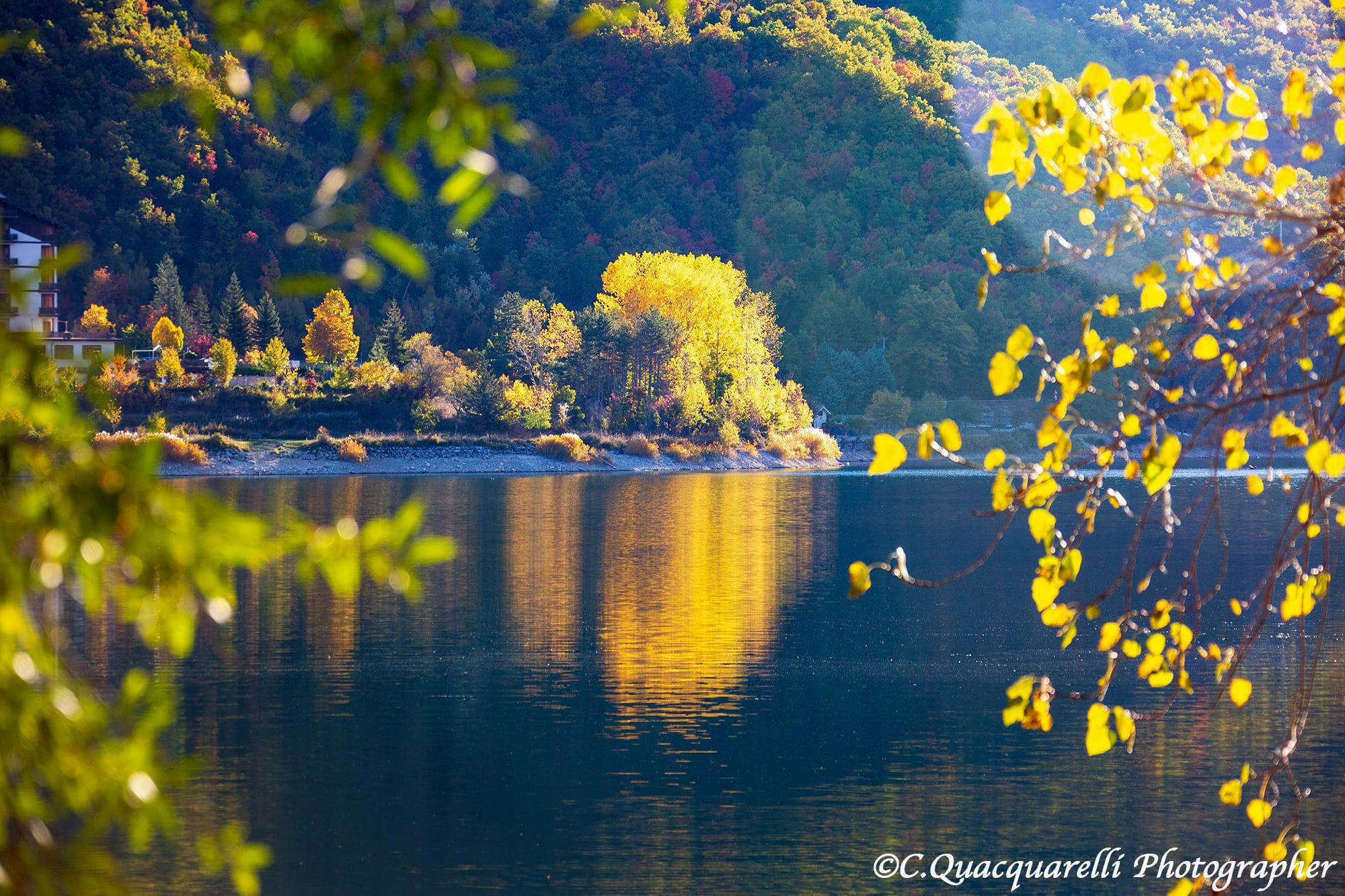 Lago di Scanno. La Natura inizia a dipingere i Colori dell'Autunno e la Magia vola sull'acqua