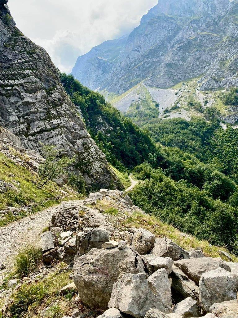 Milvana Valentini - Itinerario in Abruzzo. Da Prati di Tivo verso la Cascata del Rio Arno proseguendo per la Val Maone Guarda tutte le foto (4)
