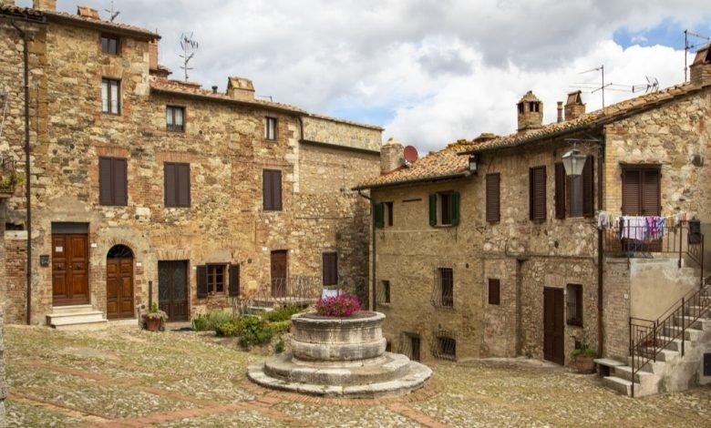 Sai dove si trova Piazza Vecchietta, una della piazze medievali più belle d'Italia? Scopri e visita