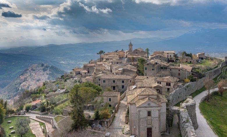 """Itinerario in Lazio. Il """"Borgo di Cicerone"""", la Cascata nel centro storico e una splendida Abbazia"""