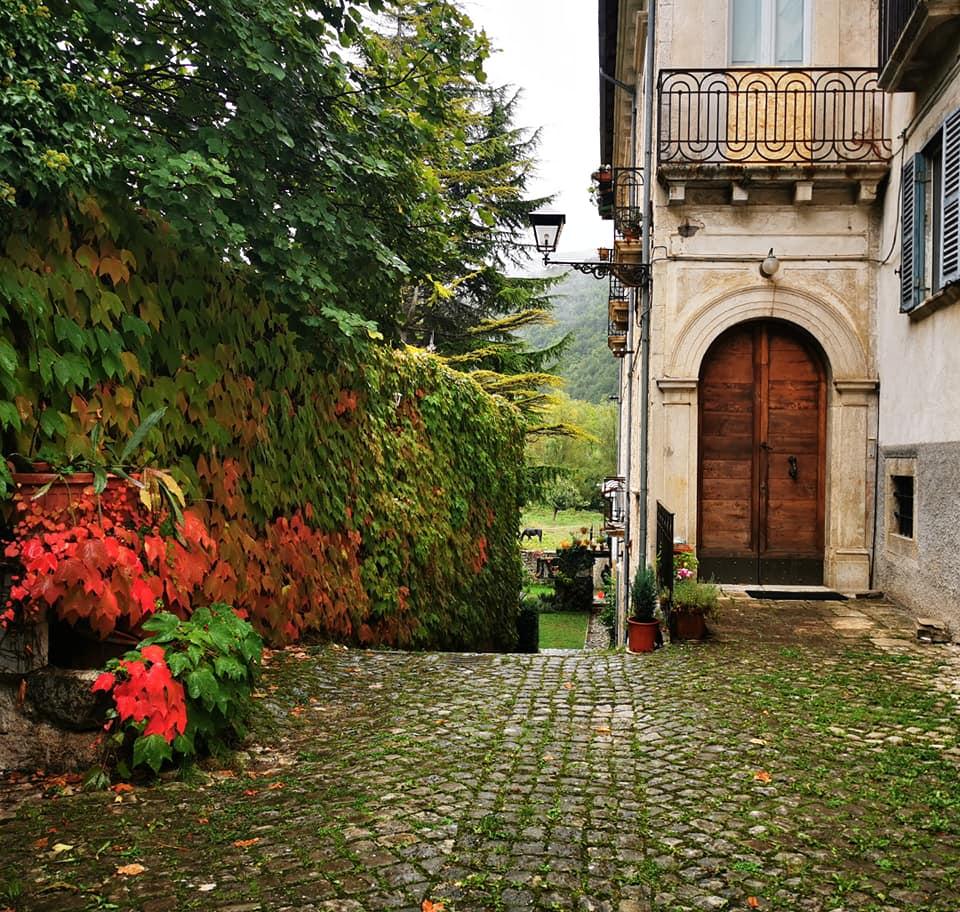 I Turisti raccontano. Autunno a Villetta Barrea: Foglie Rosse, Gatti e Profumo di Romanticismo